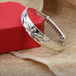 Silver adjustable floral pattern bracelet 🌺